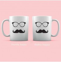 Tazza bianca con occhiali e baffi.